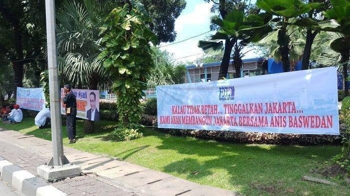 Spanduk 'Anda Tidak Suka dengan Anies Baswedan Silakan Pindah ke Provinsi Lain' di Depan Balai Kota