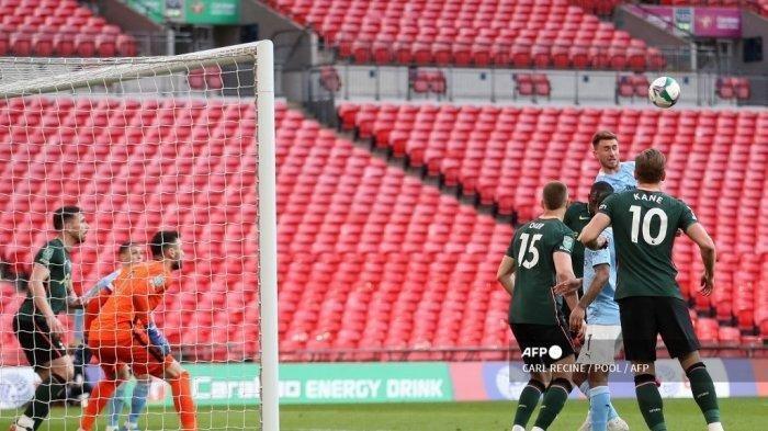 Bek Manchester City Prancis Aymeric Laporte mencetak gol pertama timnya selama pertandingan sepak bola final Piala Liga Inggris antara Manchester City dan Tottenham Hotspur di Stadion Wembley, barat laut London pada 25 April 2021. CARL RECINE / POOL / AFP