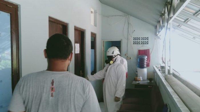 Damkar Depok Sterilisasi Kantor Bawaslu Depok Usai 2 Pegawai Positif Covid-19
