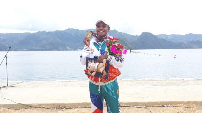 Atlet dayung andalan Papua, Stevani Maysche Ibo menunjukan medali emas yang diraih di PON Papua, Jumat (1/10/2021).