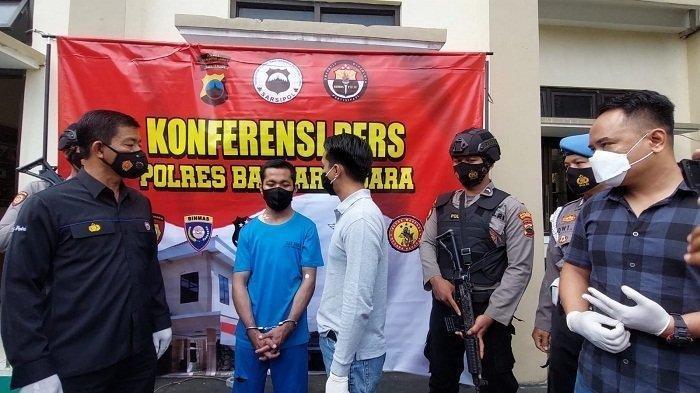 Kasatreskrim Polres Banjarnegara AKP Donna Briadi memeriksa R, pelaku pembunuh wanita muda HN, di Desa Bakal, Banjarnegara, dalam gelar perkara di mapolres setempat, Kamis (2/9/2021).