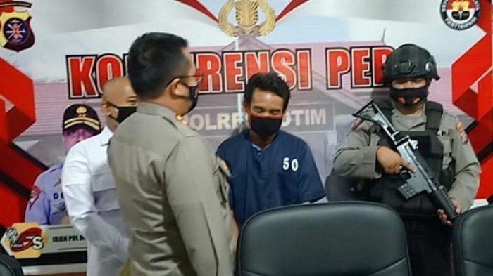 Pelaku saat diamankan polisi di Polres Kotim untuk ekspos kasus pembunuhan terhadap istrinya, Kamis (10/6/2021).