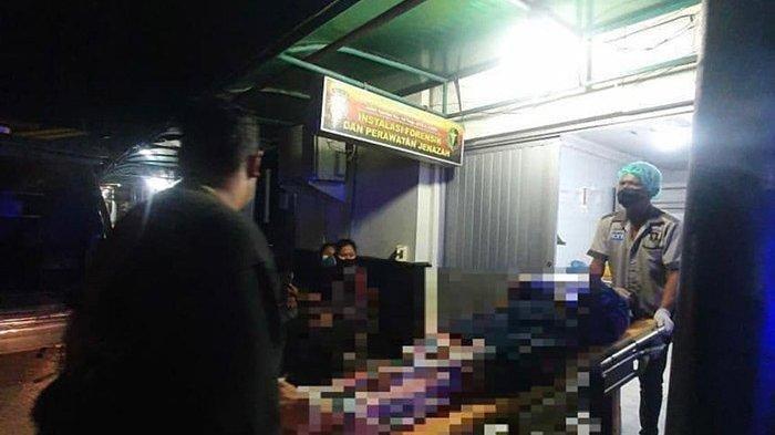 Jenazah korban pembunuhan saat dievakuasi ke RS Bhayangkara Polda Riau.