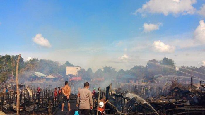 Tudingan selingkuh oleh istri membuat suami ngamuk membakar rumah sampai puluhan bangunan hangus terbakar di Palangkaraya, Kalimantan Tengah, Selasa (3/8/2021).