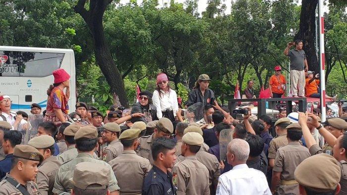 Dewi Tanjung Cs Geruduk Kantor Gubernur Anies, Nekat Lompati Pagar Hingga Lempari Petugas