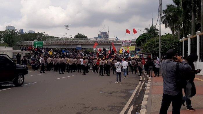 Ada Unjuk Rasa di Depan Gedung DPR-MPR, Jalan Gatot Subroto Arah Slipi Ditutup