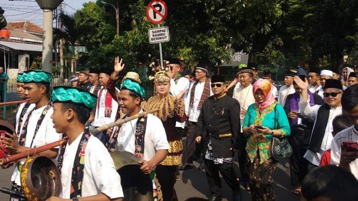 Sekitar 30 Warga Ikuti Arak-arakan Sepasang Pengantin Betawi di Kelurahan Halim