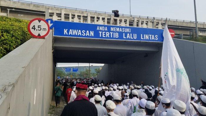Suasana Bandara Soekarno-Hatta yang dipenuhi ribuan simpatisan Habib Rizieq Shihab, Selasa (10/11/2020).