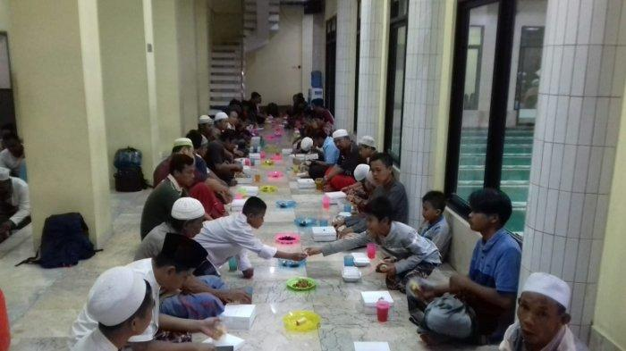 Masjid Assholihin Condet Bagikan 300 Nasi Kotak untuk Jamaah Selama Ramadan