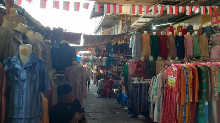 Suasanaarea Blok B Pasar Tanah Abang.Meski deretan kios sudah mulai berjualan, namun suasana Blok B Pasar Tanah Abang cukup lenggang pada siang hari ini.