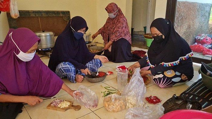 Suasana dapur umum yang digerakkan oleh kaum emak-emak RW 008, Kelurahan Limo, Kecamatan Limo, Kota Depok pada Jumat (16/7/2021).