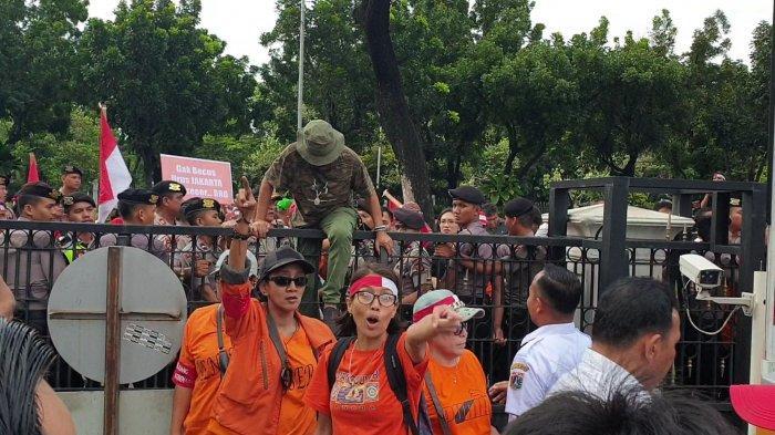 Demo di Balai Kota DKI Jakarta, Massa Aksi Lompati Pagar dan Lempar Petugas Pakai Tomat