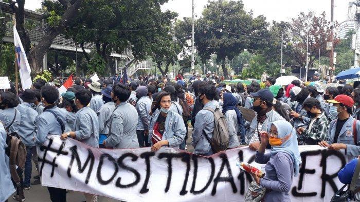 Massa Remaja Provokasi Polisi di Sekitaran Monas, Tarik Pagar Kawat hingga Lempar Botol