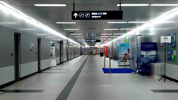 Suasana di area stasiun MRT Bundaran HI tampak lengang, pada Minggu pagi (15/3/2020).