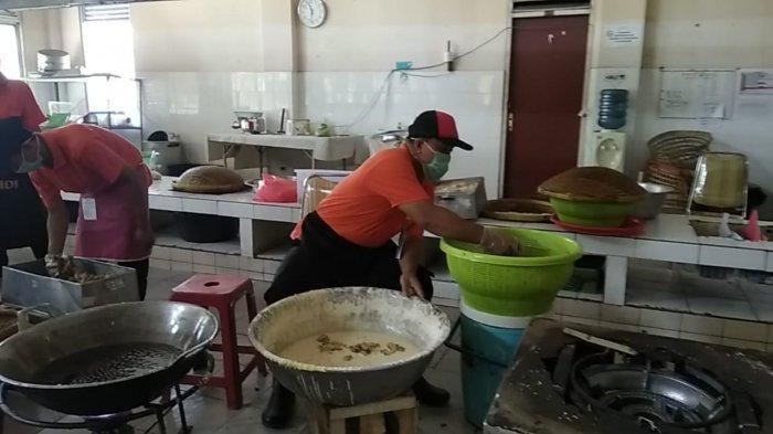 Petugas Katering Asrama Haji Pondok Gede Dituntut Kecepatan Layani Makanan Jemaah Calon Haji