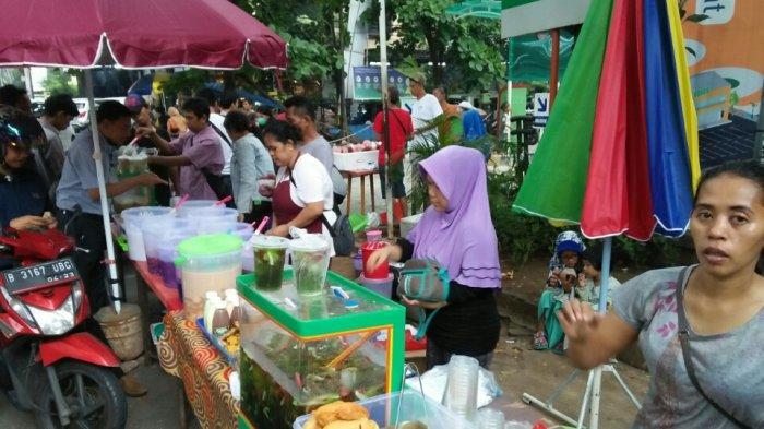 Jelang Berbuka, Area Pasar Santa Dipadati Puluhan Orang Demi Berburu Takjil