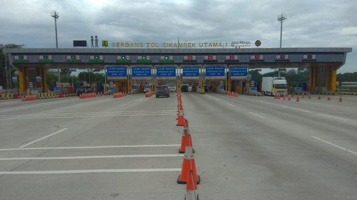 Situasi arus lalu lintas di GT Kalihurip dan GT Cikampek Utama Jalan Tol Jakarta Cikampek, Jumat, (30/10/2020).