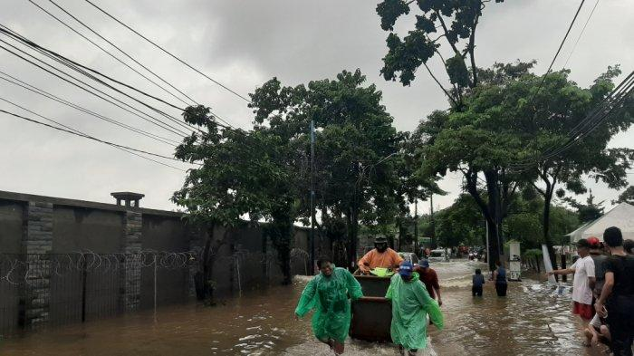 Banjir Hingga 60 cm, Warga Cipayung Gunakan Gerobak Sampah Untuk Bantu Akses Warga