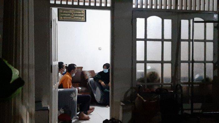 Kediaman Terduga Teroris  yang Menyerang Mabes Polri Dijaga Polisi Bersenjata Lengkap