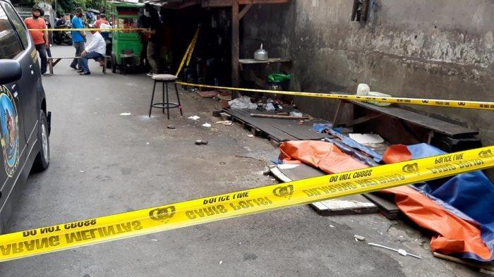 Suasana di lokasi penemuan potongan tubuh manusia di dekat Apartemen Ambassador, Setiabudi, Jakarta Selatan, Senin (22/3/2021).