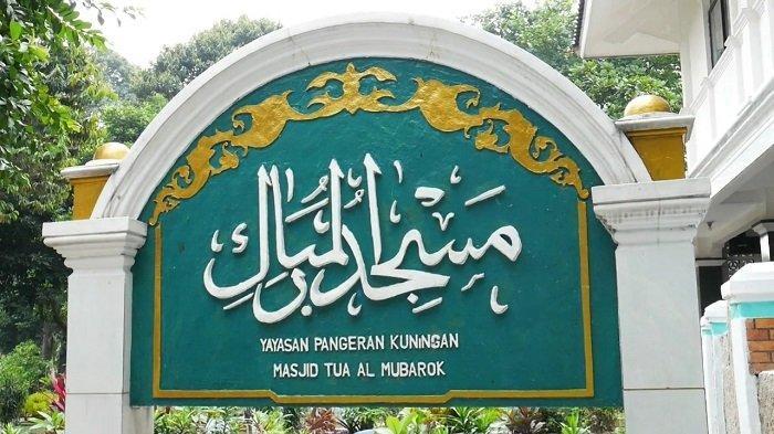 Suasana di Masjid Tua Al Mubarok atau Masjid Pangeran Kuningan di di Jalan Gatot Subroto, Kuningan Barat, Mampang Prapatan, Jakarta Selatan, Sabtu (17/4/2021).