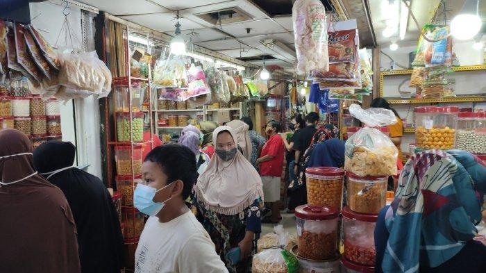 Suasana di Pasar Jatinegara, Jakarta Timur yang mulai ramai didatangi pengunjung pada H-10 Lebaran, Senin (3/5/2021)