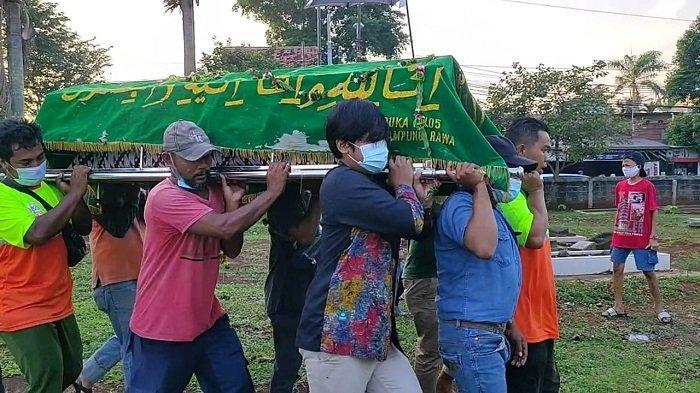 Jenazah Sandi Petugas UPK Badan Air Kecamatan Sawah Besar Dimakamkan di TPU Kramat Ganceng