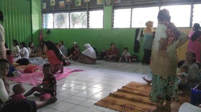 suasana-di-posko-pengungsian-di-sdn-0102-kampung-melayu-jakarta-timur.jpg