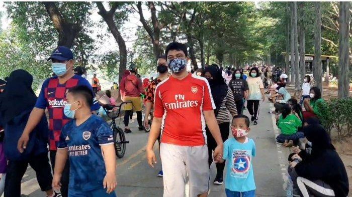 Suasana di sepanjang KBT, Duren Sawit, Jakarta Timur. Ratusan orang mendatangi kawasan ini untuk melakukan olahraga pada Minggu (26/9/2021)
