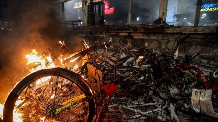 Suasana Halte MRT Bundaran HI yang terbakar di Jalan M.H Thamrin, Jakarta Pusat, Kamis (8/10/2020).