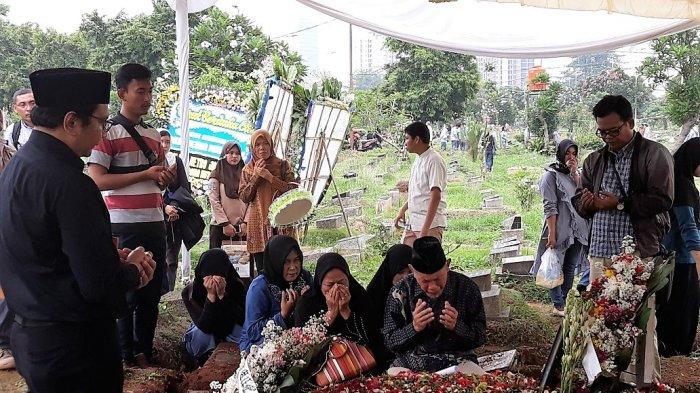 Dimakamkan Secara Militer, Tangis Keluarga Pecah di Pemakaman AKBP Sekar Maulana di TPU Karet Bivak