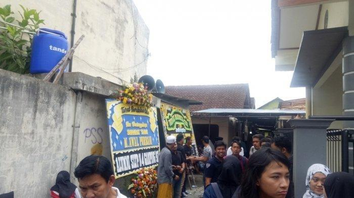 Jenazah Bani Seventeen Tiba di Yogyakarta, Rumah Duka Dipenuhi Pelayat dan Karangan Bunga