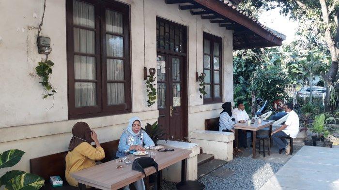 Suasana kafe Mitohausu yang memadukan bangunan tua di Jalan Manggarai Utara 1, Tebet, Jakarta Selatan pada Jumat (9/4/2021).