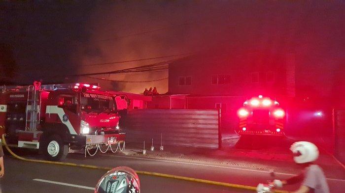 Kebakaran Melanda Kios Pangkas Rambut, Steam Mobil dan Bengkel di Duren Tiga