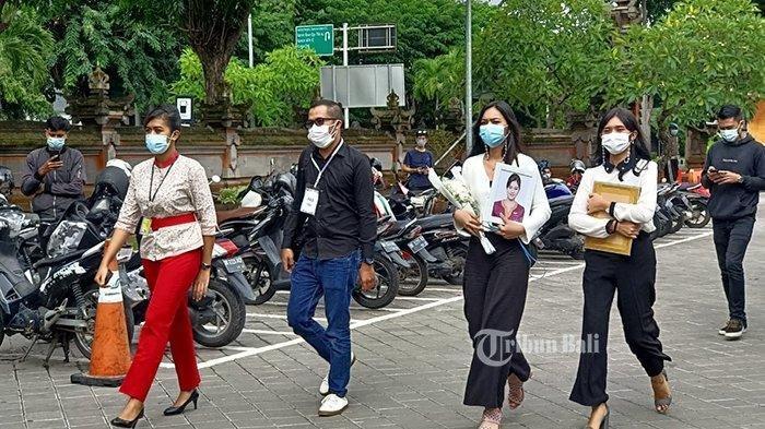 Suasana kedatangan jenazah Mia Tresetyani Wadu di kargo domestik Bandara Internasional I Gusti Ngurah Rai Bali.