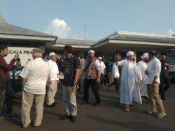 Sejumlah Tokoh Jemput Jenazah Ustaz Arifin Ilham di Bandara Halim