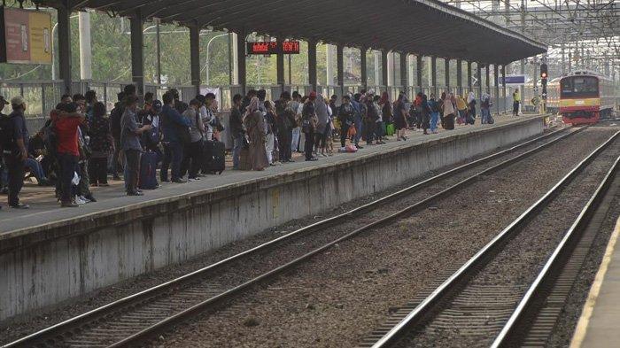 Malam Pergantian Tahun: KRL Beroperasi Sampai 22.00 WIB, Balita Dilarang Naik & Jadwal Khusus Lansia