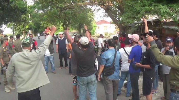 Adu Mulut Satpol PP dengan Pedagang Kaki Lima yang Nekat Jualan di Sepanjang KBT