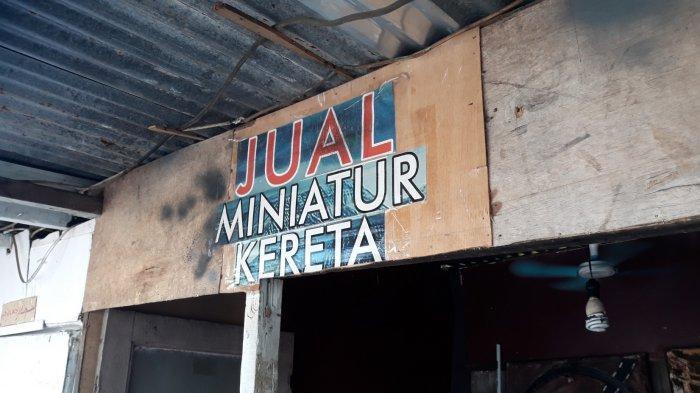 Suasana kios Iskandar yang menjual miniatur kereta dan lokomotif di Kawasan Manggarai, Jakarta Selatan pada Selasa (8/9/2020).