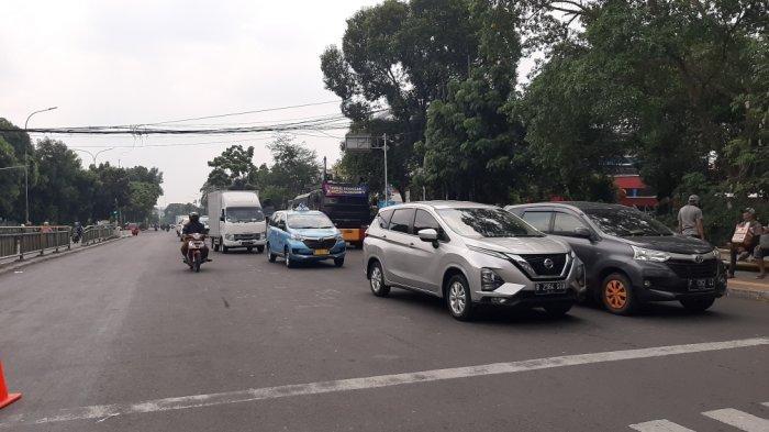 Suasana lalin di bawah Flyover Pasar Rebo, Jakarta Timur, Rabu (7/10/2020).