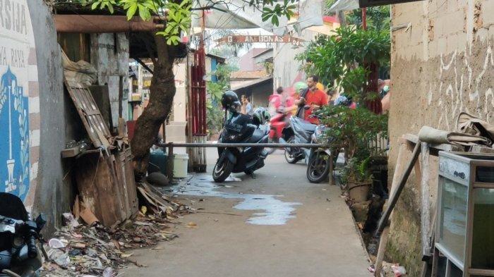 Suasana lockdown di RT 01 RW 04 Semper Barat, Cilincing, Jakarta Utara, Rabu (2/6/2021), menyusul 22 warga positif Covid-19.