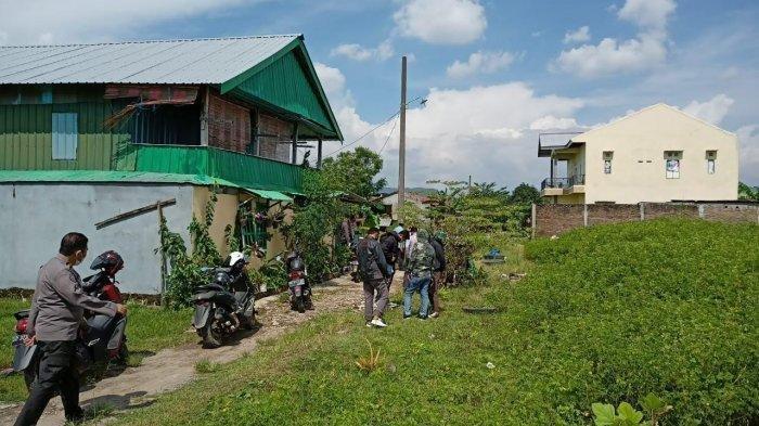 Suasana lokasi terduga teroris ditembak mati di Jl Mannuruki, Kecamatan Biringkanaya, Kota Makassar, Kamis (1542021) siang.