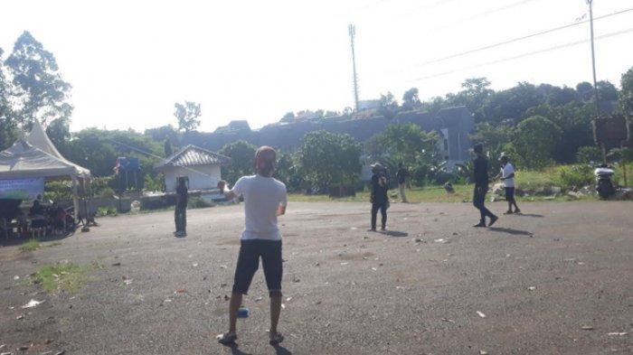 Melihat Layang-layang Saling Unjuk Gigi di Atas Pemakaman Kampung Kandang, Jakarta Selatan