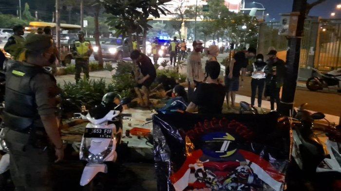 Suasana malam minggu di Kota Bekasi, muda-mudi berkumpul di sejumlah tempat seperti kawasan Stadion Patriot dan Alun-alun, Sabtu, (12/9/2020).