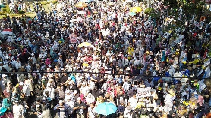 Lautan Manusia di Jalan Medan Merdeka Barat, Massa Aksi di Dekat Gedung MK Kesulitan Dapat Sinyal