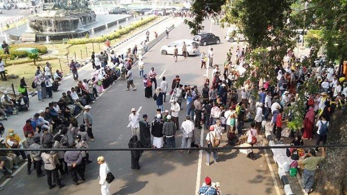 Jelang Putusan MK, Massa Berkumpul di Jalan Medan Merdeka Barat