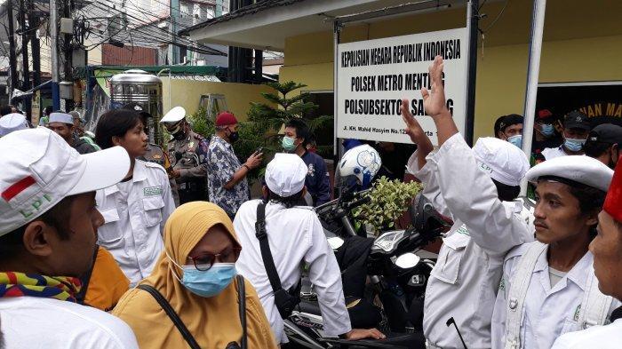 Suasana massa aksi yang kehilangan ponselnya di depan pos Polisi Sabang, Menteng, Jakarta Pusat pada Senin (2/11/2020).