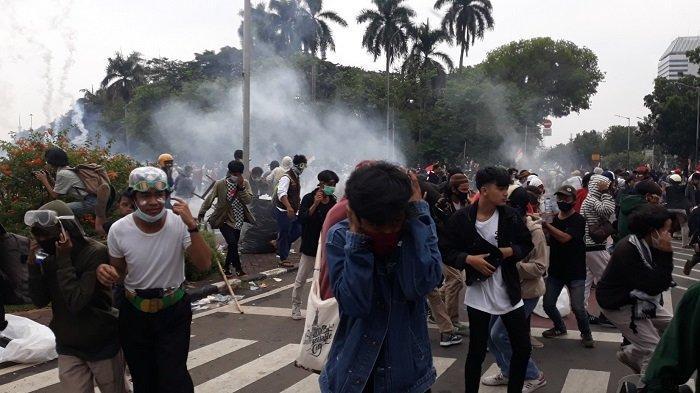 Polisi Bubarkan Massa Demonstran di Bundaran Jalan Medan Merdeka Barat