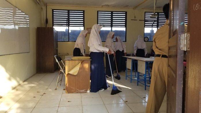 Penuh Debu Proyek Jalan Tol, Hari Pertama Masuk Sekolah Pelajar SMPN 21 TangerangBersihkan Kelas