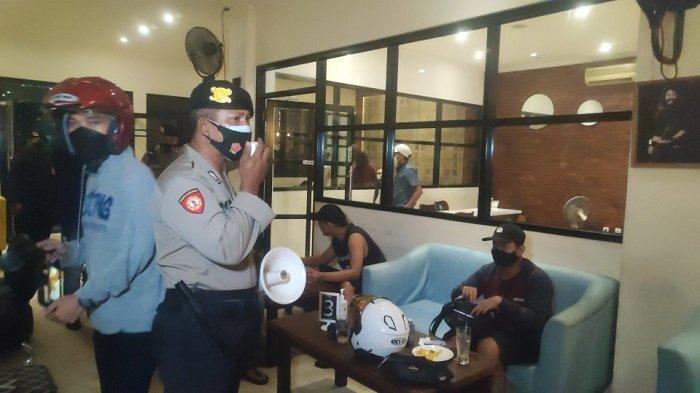 Polisi Bubarkan Warga yang Masih Berkerumun di Atas Pukul 21.00 WIB
